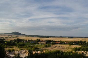 Widok na zamek Grodziec z nieczynnej kopalni piaskowca nad naszym siedliskiem