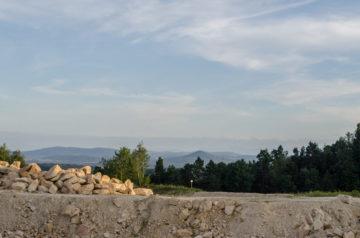 Widok z kopalni na Ostrzycę i Karkonosze w oddali